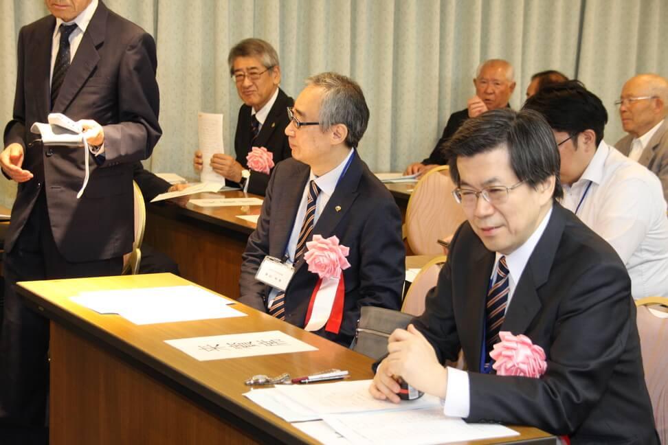 ご来賓の奥山利幸法政大学常務理事と鈴木豊経済学部長